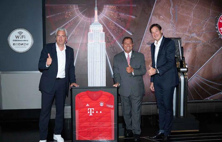 يورج واكر عضو مجلس إدارة بايرن ورودولف فيدال (مدير التسويق في الأمريكتين) يسلمان قميص بايرن ميونخ إلى جان إيف غازي (رئيس مرصد إمباير ستيت).