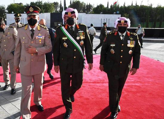 وزير الدفاع يعود لأرض الوطن عقب حضوره مراسم الاحتفال بالمئوية الأولى لتأسيس الأردن (1)