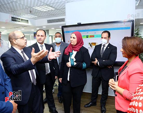 وزيرة التضامن تستمع لرئيس التحرير عن باليات العمل