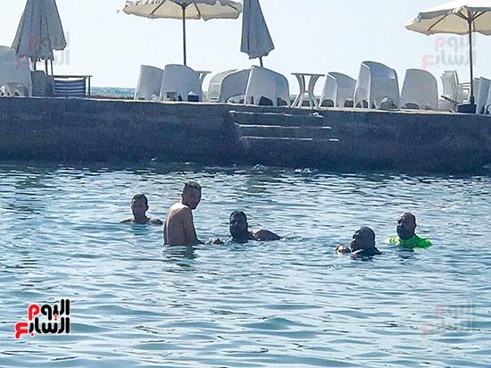 اسرة سعيدة بجمال شواطئ الاسكندرية