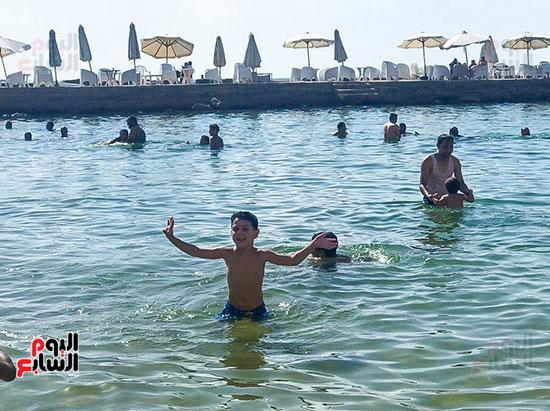 الاطفال يلعبون على شواطئ الاسكندرية (3)