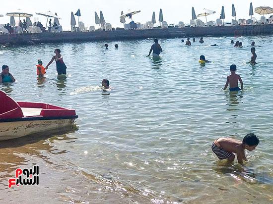 اطفال يلعبون على الشاطئ (2)