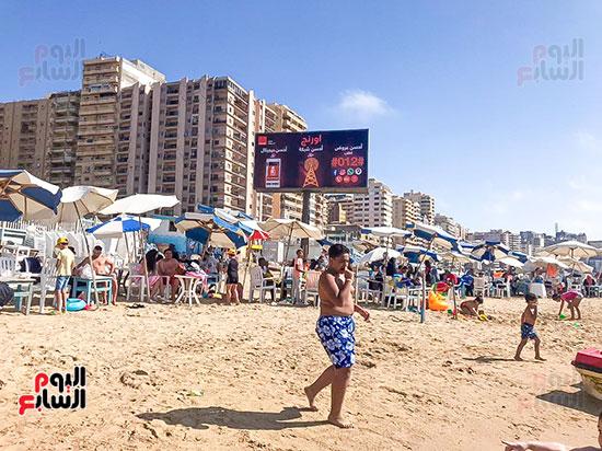 الاطفال يلعبون على شواطئ الاسكندرية (2)