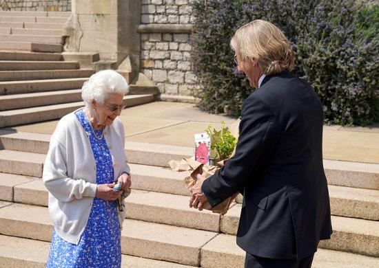 ابتسمت الملكة بينما قدم لها كيث ويد الذي يحمل اسمًا مناسبًا زهرة الجزية