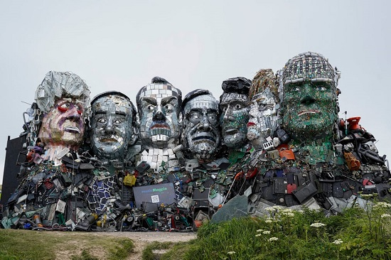 تمثال لقادة مجموعة السبع مصنوع من مكونات إلكترونية مهملة