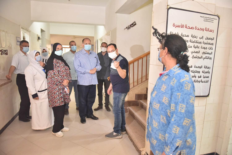 محافظ أسيوط يتفقد مركز الرعاية الصحية الأولية بقرية السراقنا بالقوصية (11)