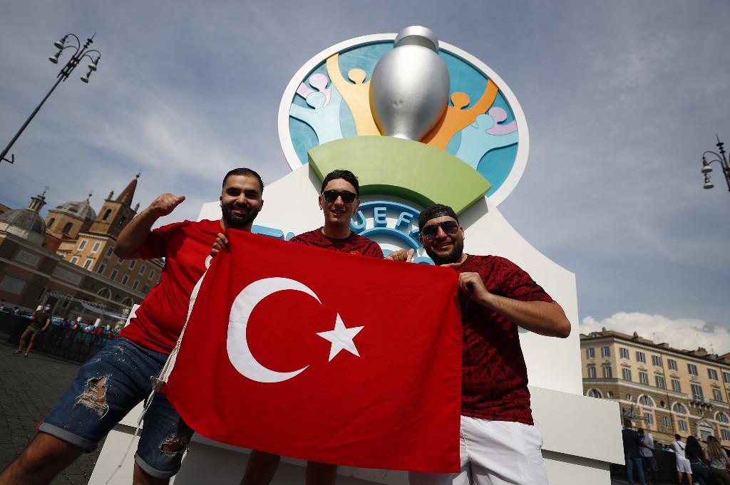 الجماهير التركية فى روما (2)