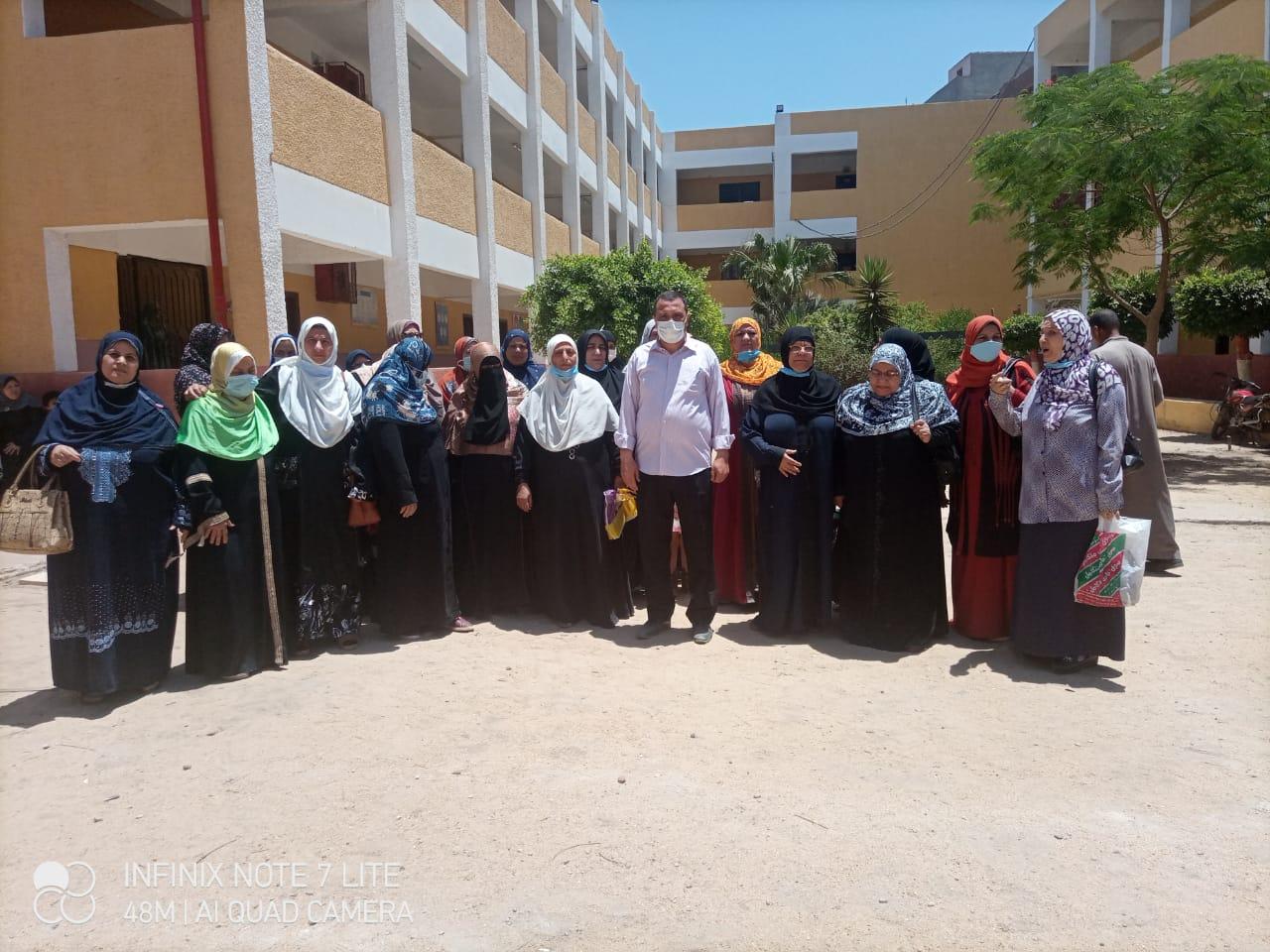 المعلمات بالمدرسة مع سيد عرفات قبل تنفيذ قرار النقل