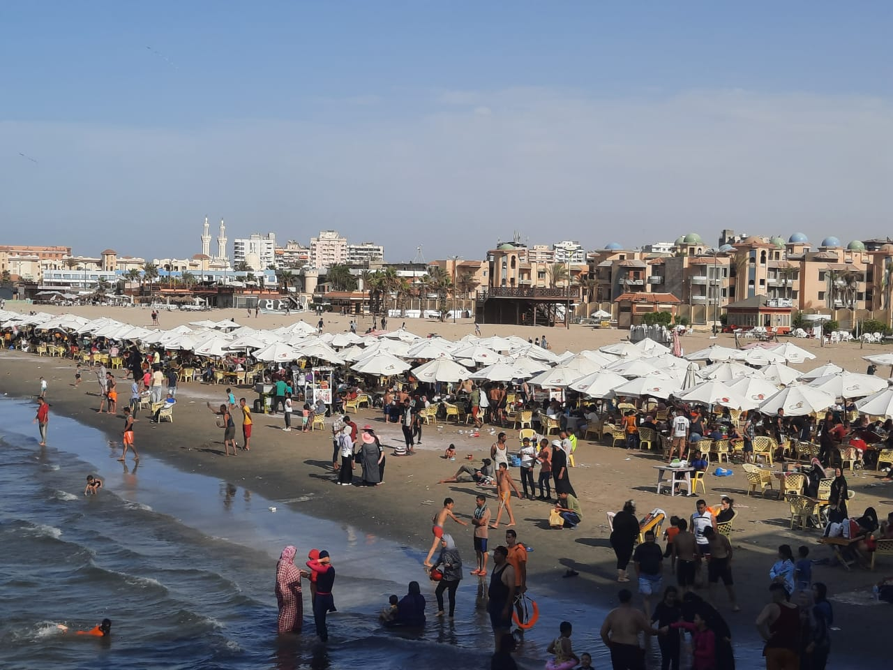 زحام على شاطئ بورسعيد اليوم الجمعه
