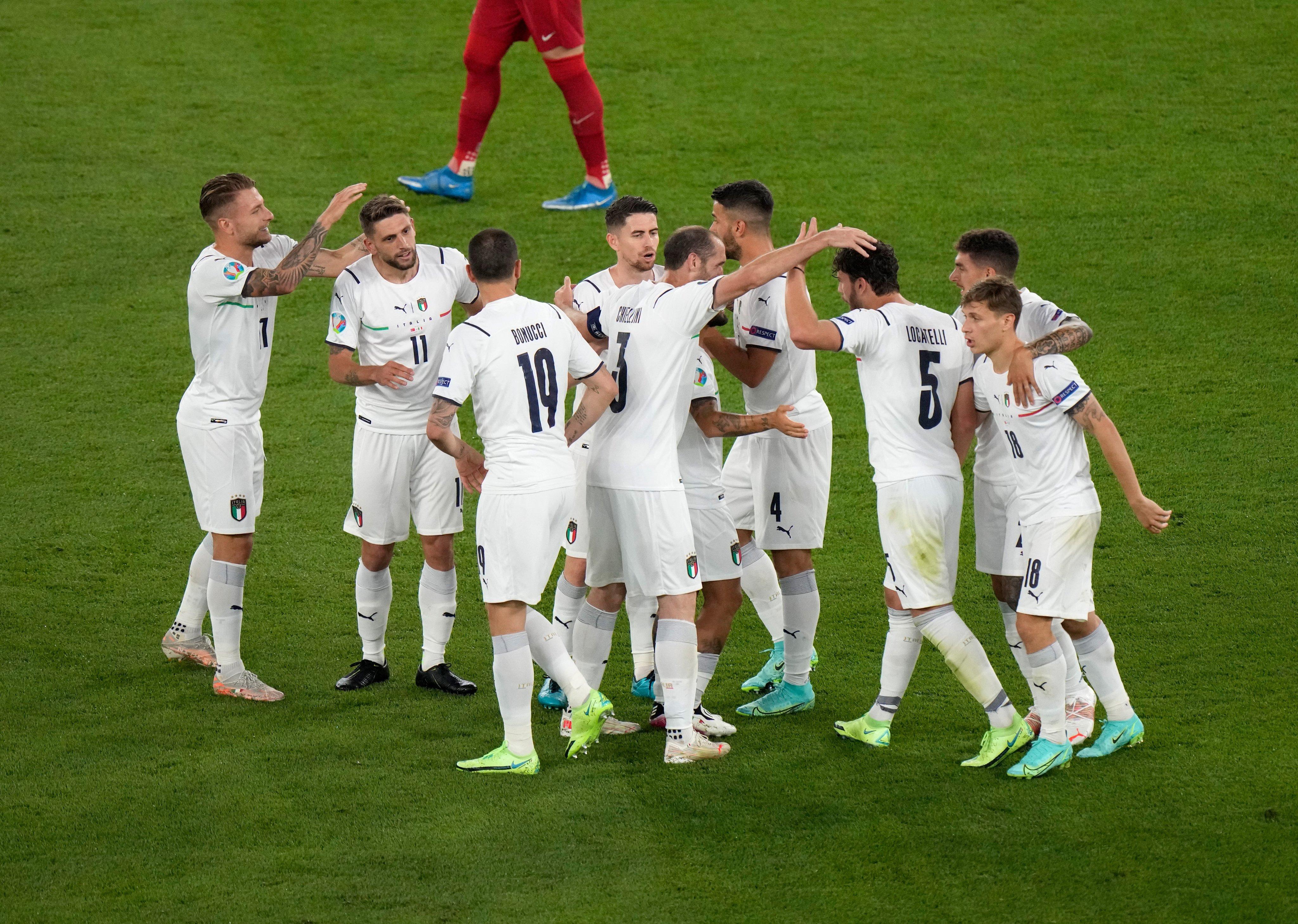 منتخب إيطاليا يحتفل بالهدف الأول