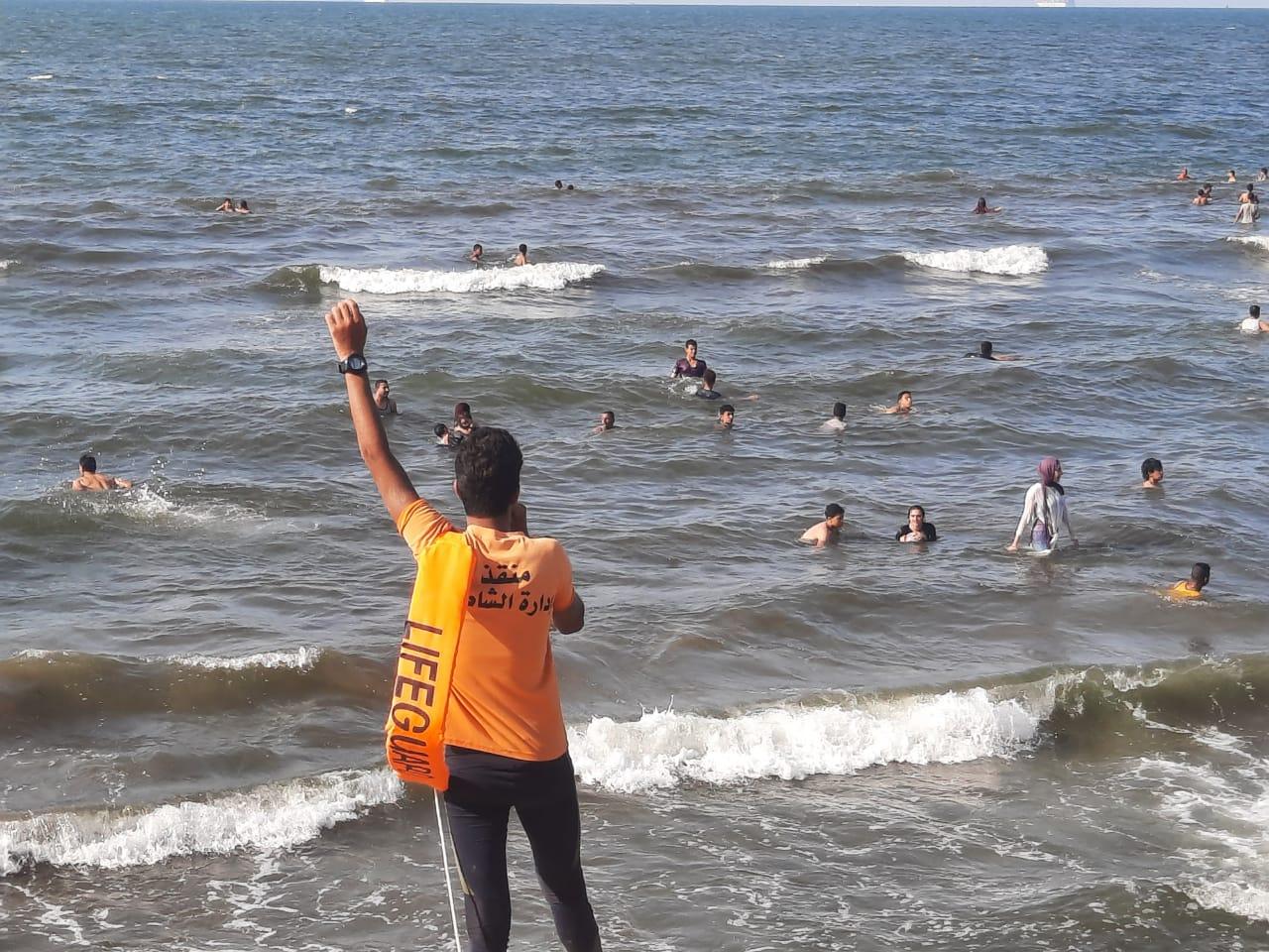الإنقاذ يعطي الإرشادات للمواطنين داخل المياه