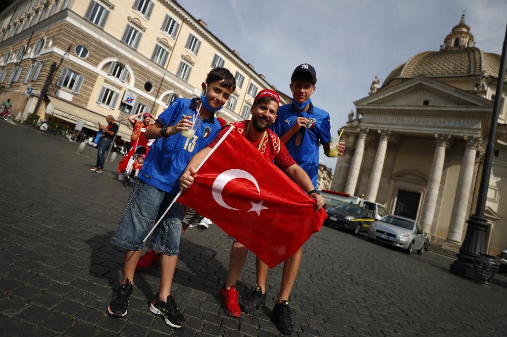 الجماهير التركية فى روما (1)
