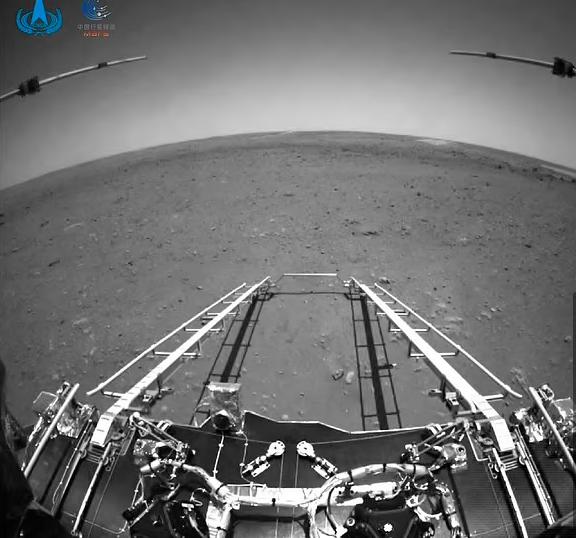 مستكشف الصين على سطح المريخ بالابيض والأسود