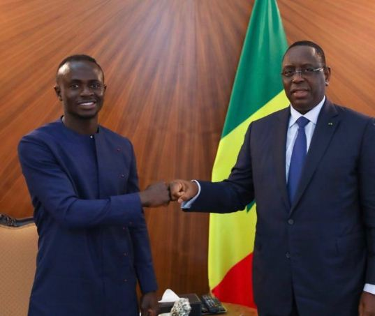 ساديو مانى ورئيس السنغال خلال اللقاء