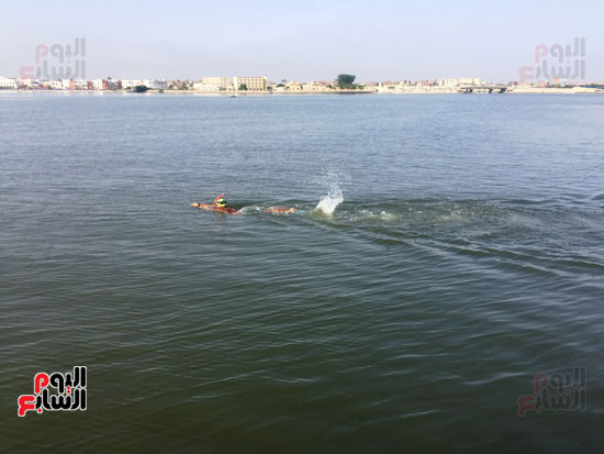السباح-العالمى-سيد-الباروكى-يعبر-قناة-السويس--(1)