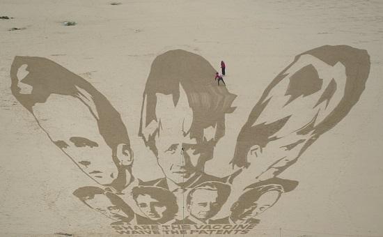 عملاً عملاقًا من الرمال يصور قادة مجموعة السبع