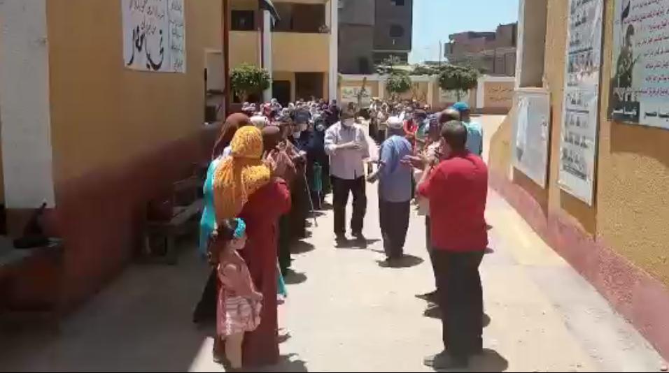 سلام ودموع العاملين بالمدرسة فى حفل وداع سيد عرفات