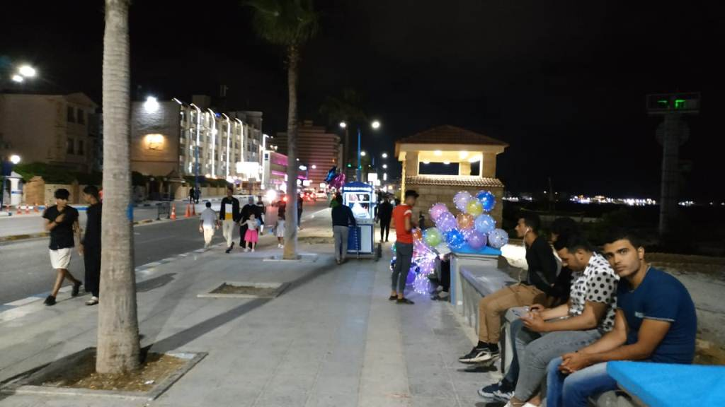 اجواء صيفية ممتعة لزوار كورنيش مطروح ليلا (4)