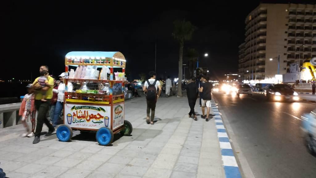 اجواء صيفية ممتعة لزوار كورنيش مطروح ليلا (2)