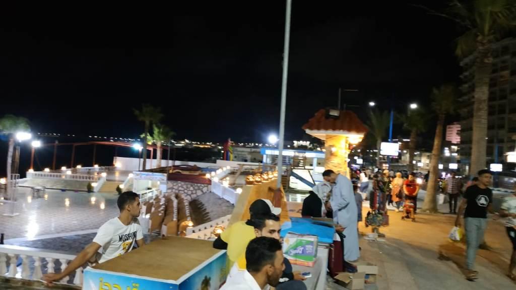 اجواء صيفية ممتعة لزوار كورنيش مطروح ليلا (3)