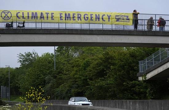 لافتة الجسر العلوي على الطريق المؤدي إلى القمة