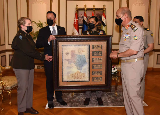 وزير الدفاع يلتقى قائد الحرس الوطنى الأمريكى (6)
