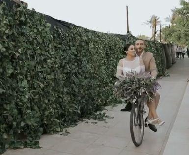 الزوجان على الدراجة