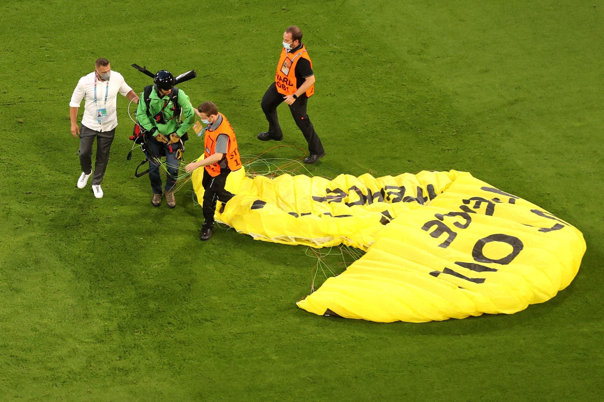 رجل يسقط بمظلة قبل قمة ألمانيا وفرنسا