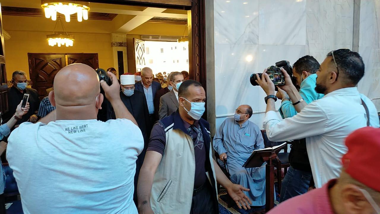 وزير الأوقاف يصل المحلة لأداء صلاة الجمعة  (1)