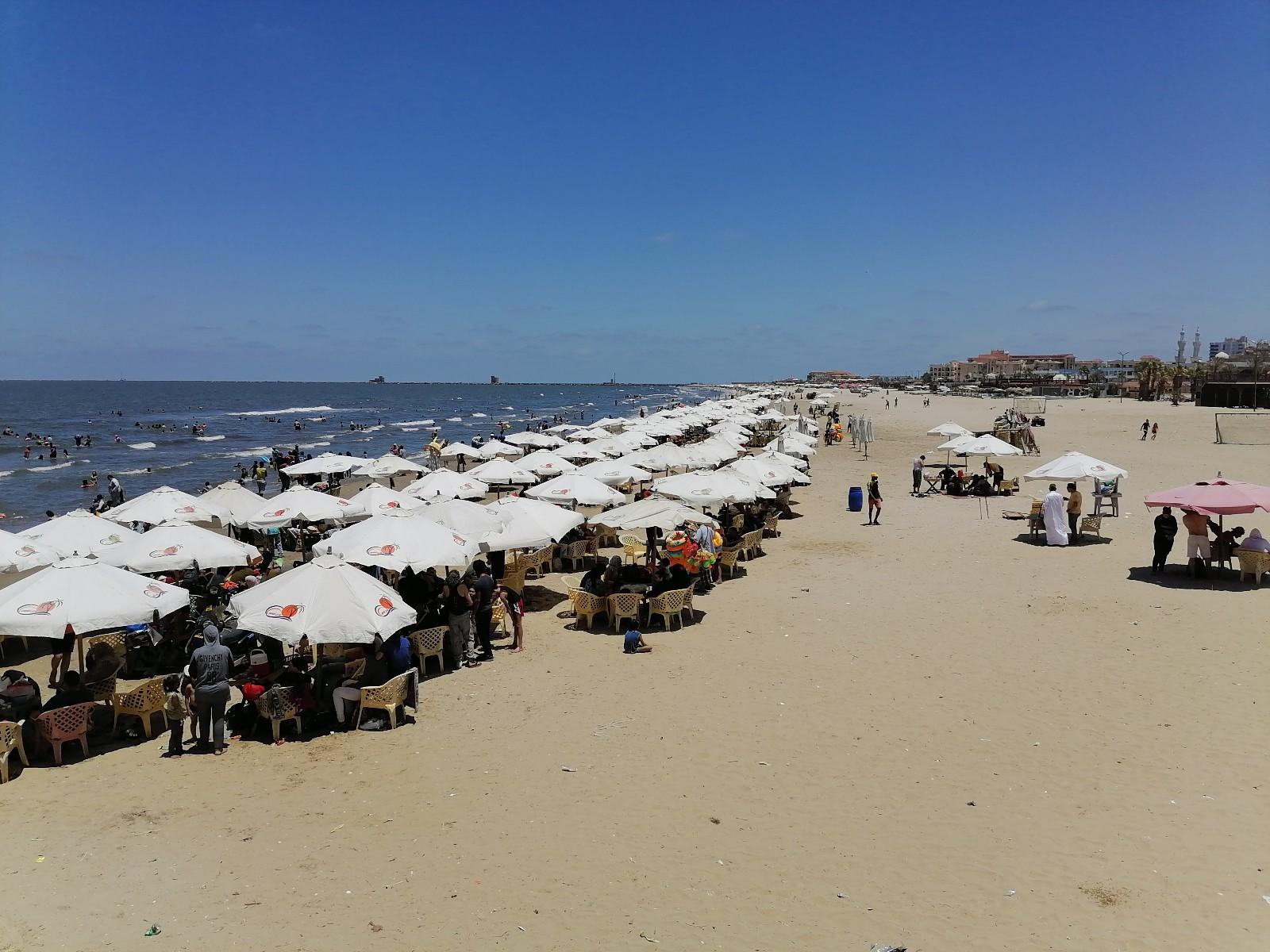آلاف المصيفين على شاطئ محافظة بورسعيد