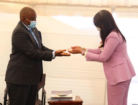 رئيس بوتسوانا يتسلم الحجر الكريم