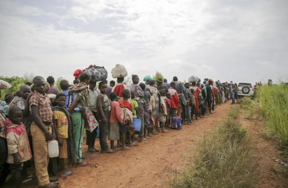 طالبو لجوء كونغوليون يصطفون للخضوع لفحص أمني وصحي في زومبو