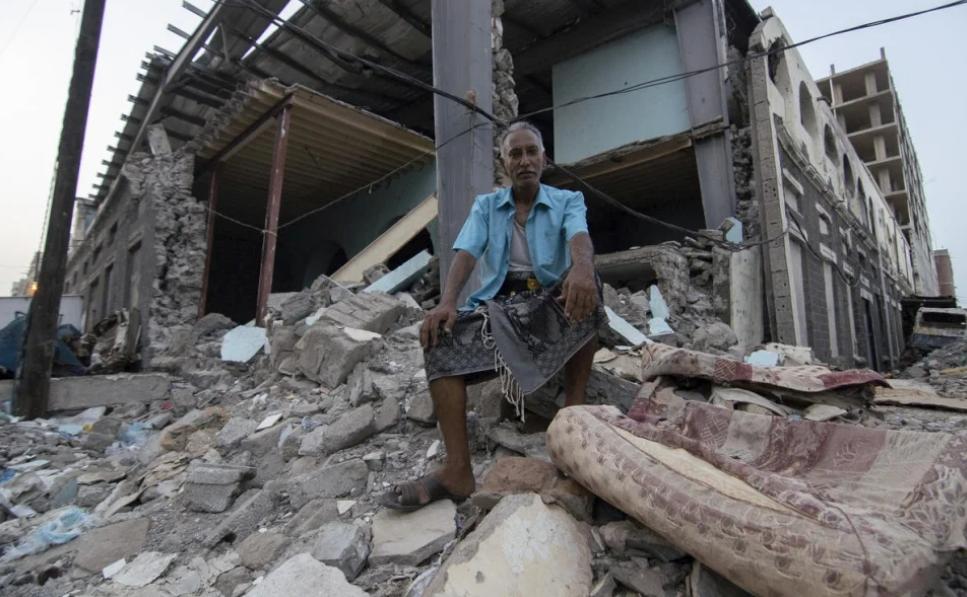 شاكر علي يجلس أمام ما كان في السابق سوقاً في عدن