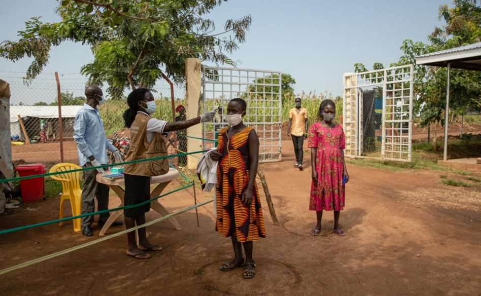 لاجئة من جنوب السودان يتم فحص درجة حرارتها قبل دخول مركز صحي في مخيم بيديبيدي للاجئين في أوغندا