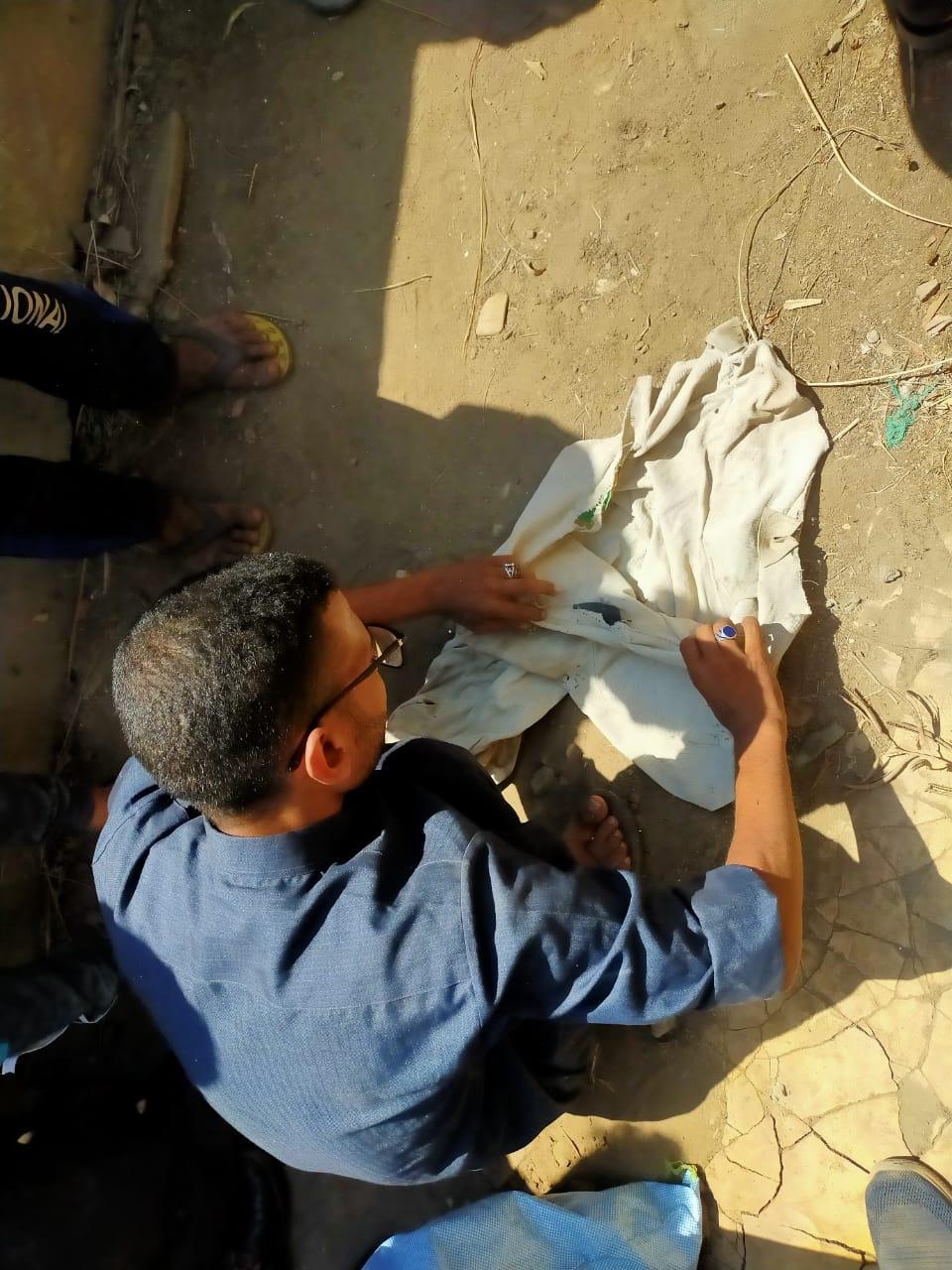 أهالى قرية الدلجمون بكفر الزيات يستخرجون أعمال سحر مدفونة فى المقابر (8)