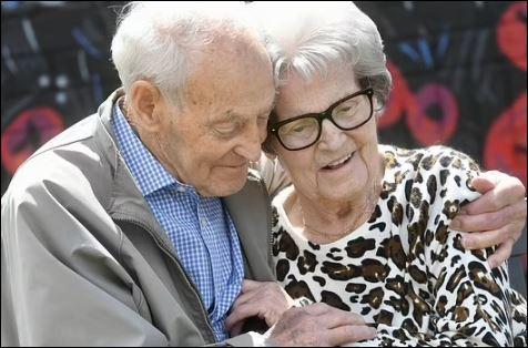 لحظة لم شمل توأمين 92 عاما بعد فراق أكثر من عام في بريطانيا (2)