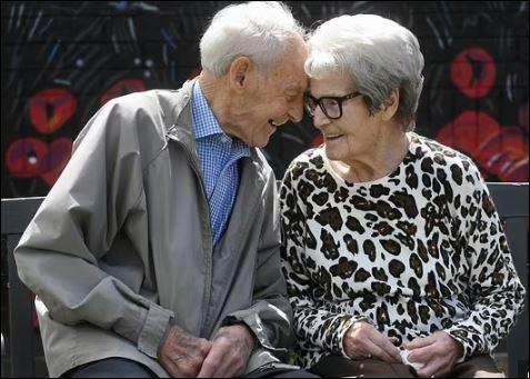 لحظة لم شمل توأمين 92 عاما بعد فراق أكثر من عام في بريطانيا (1)