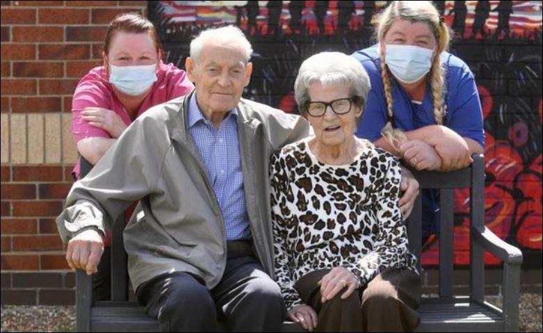لحظة لم شمل توأمين 92 عاما بعد فراق أكثر من عام في بريطانيا (3)