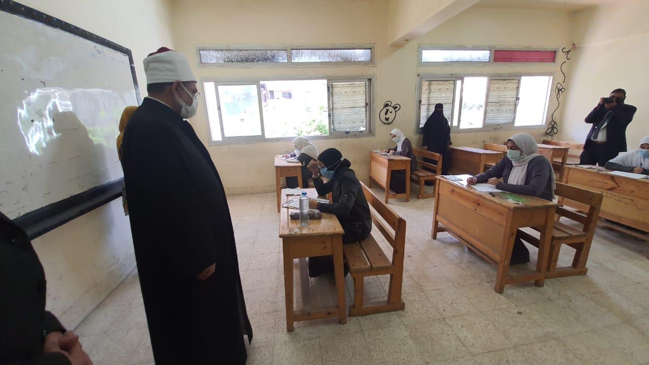 رئيس المعاهد الأزهرية يتفقد لجان الثانوية الازهرية