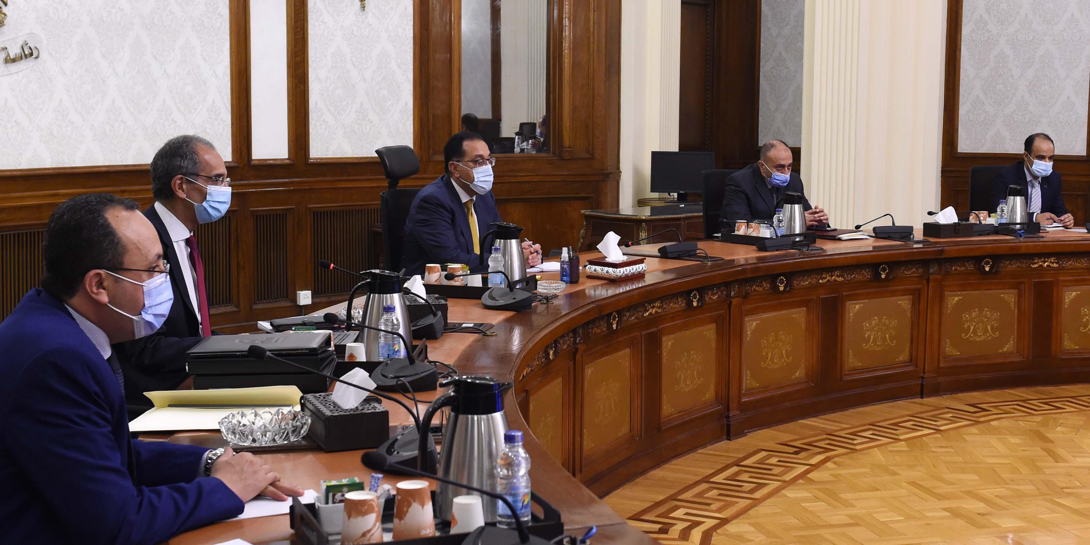 رئيس الوزراء يلتقي وزير الاتصالات لمتابعة مشروعات الوزارة  (2)