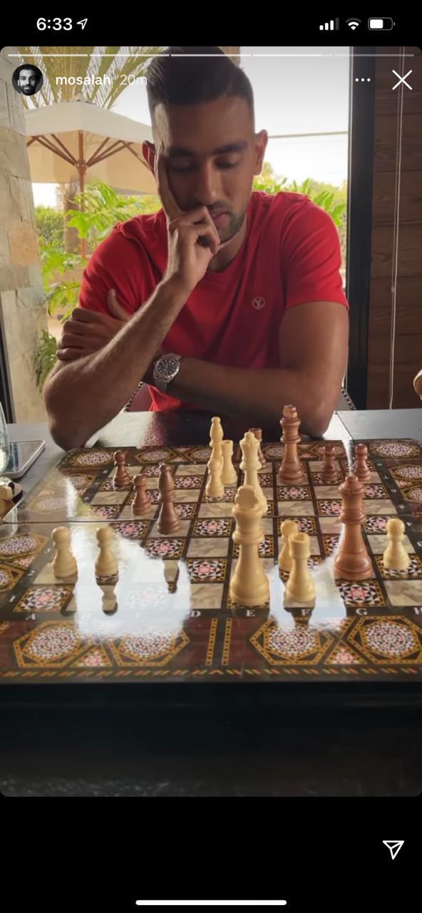 كوكا يلعب شطرنج مع صلاح