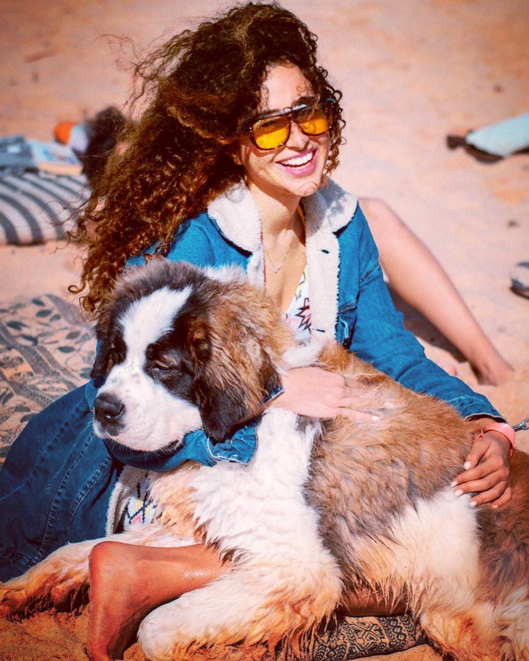 غادة والي برفقة كلبها