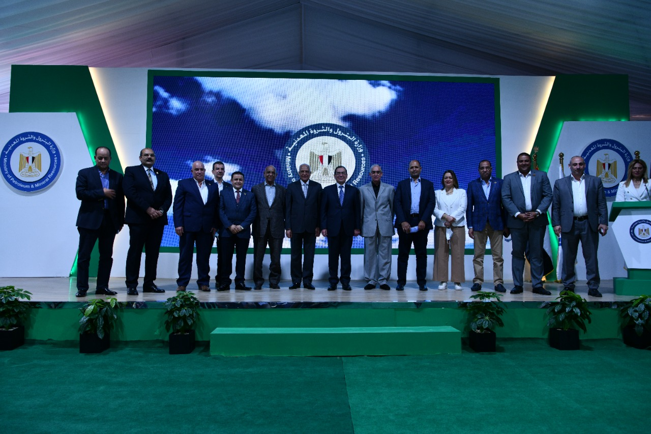 صورة تذكارية تضم أعضاء مجلسى النواب والشيوخ خلال افتتاح المحطة الجديدة