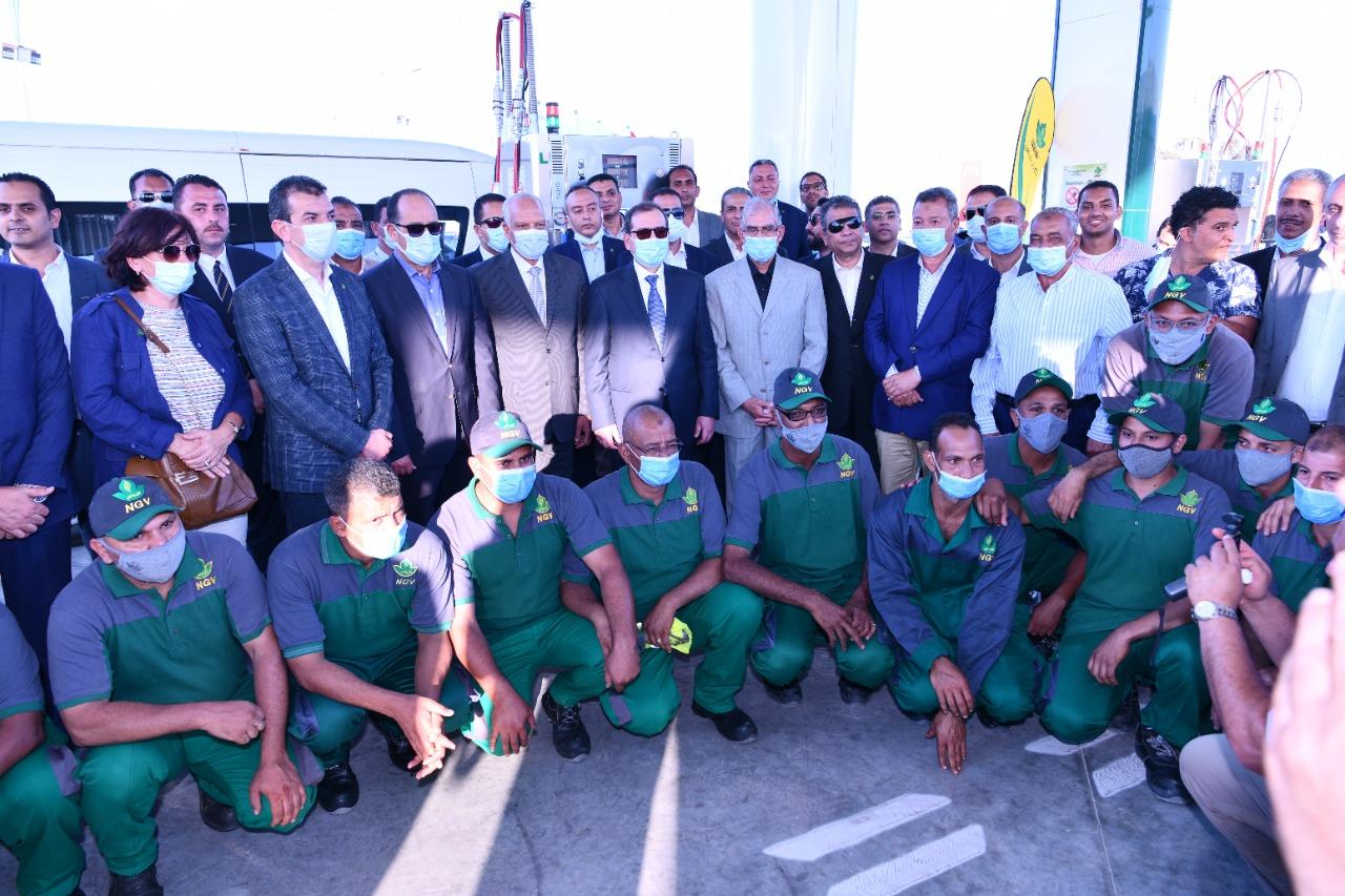 صورة تذكارية تضم أعضاء مجلسى النواب والشيوخ والعاملين بالمحطة