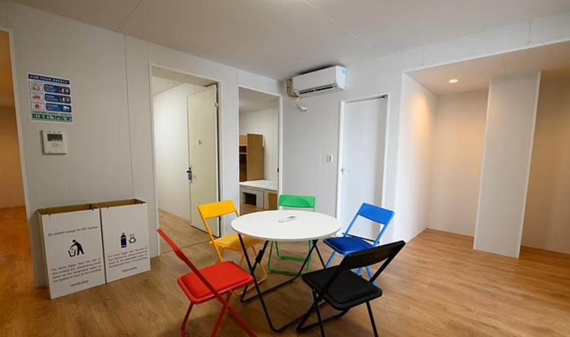 وضع عدد من الكراسي وطاولة حول الأماكن العامة في الغرف السكنية