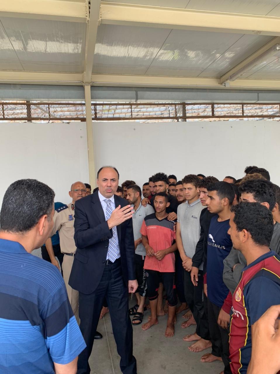 السفير محمد ثروت خلال حديثه للعمال المحررين فى طرابلس