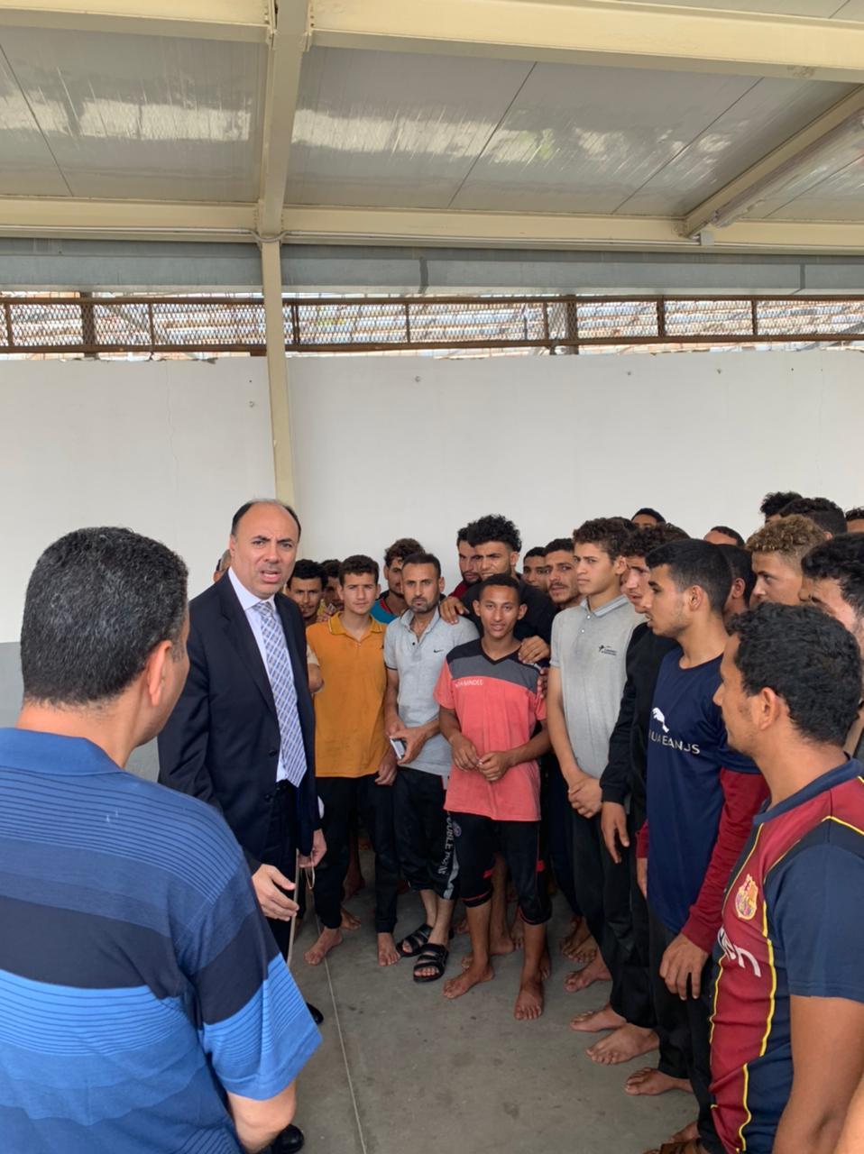 السفير محمد ثروت خلال حديثه مع العمال المصريين