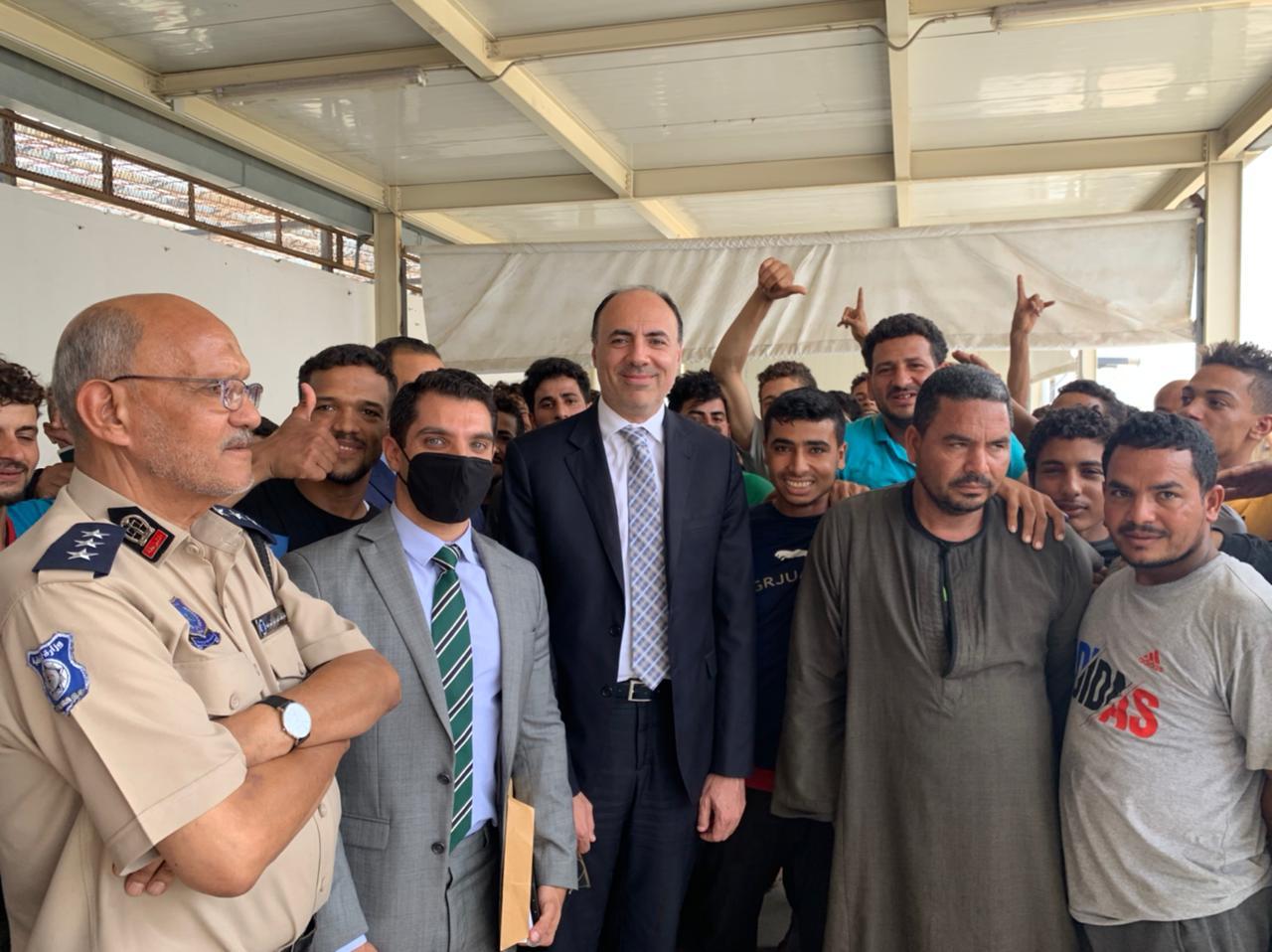 السفير محمد ثروت سليم مع العمال المصريين بالعاصمة طرابلس