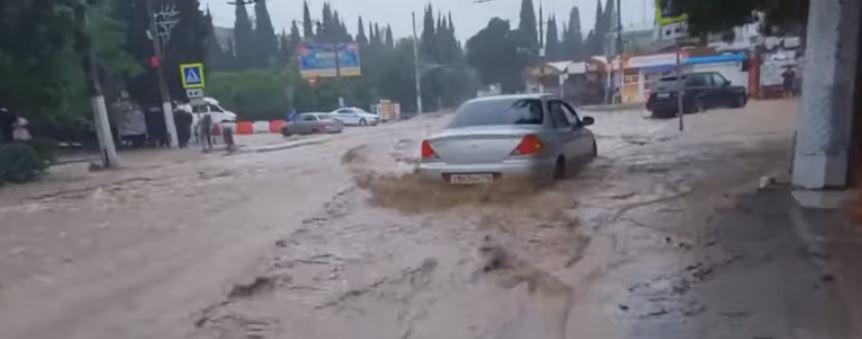 سيارة وسط الفيضان