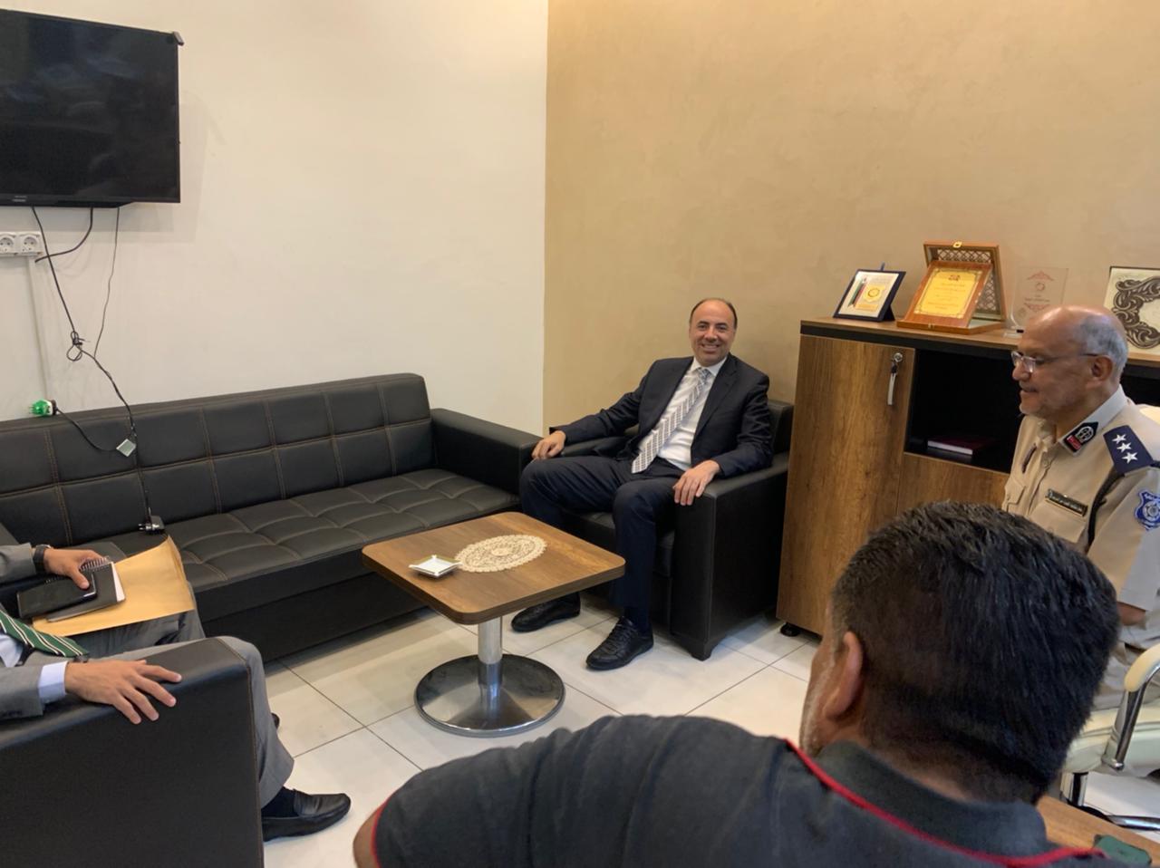 السفير محمد ثروت سليم خلال اجتماع مع المسؤولين في جهاز الهجرة غير الشرعية بطرابلس